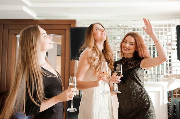 Portrait d'amis souriants tenant une coupe de champagne Photo Premium