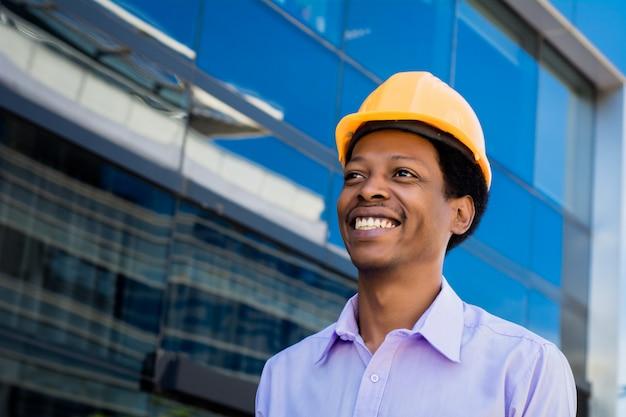 Portrait d'architecte afro-américain au casque Photo Premium