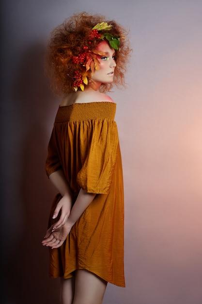 Portrait d'art de l'automne des femmes dans les cheveux, maquillage vif Photo Premium