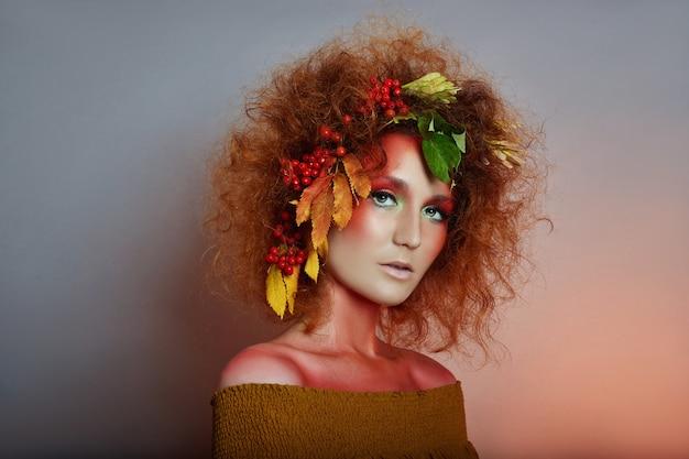 Portrait d'art d'automne des femmes dans ses cheveux Photo Premium