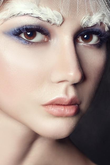 Portrait d'art fille beauté, cils et maquillage Photo Premium
