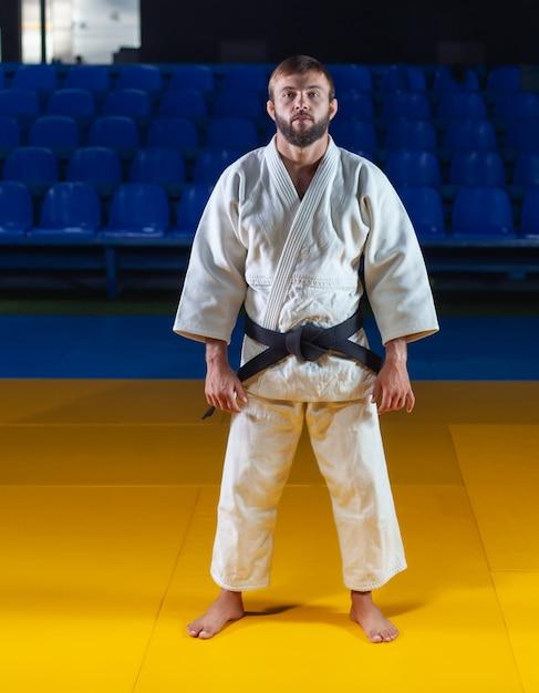Portrait D'artiste Martial En Kimono Blanc Avec Ceinture Noire Intérieure Photo Premium