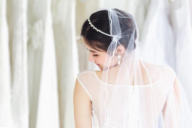 Portrait asiatique de jolie dame souriante heureuse porter une robe de mariée Photo Premium