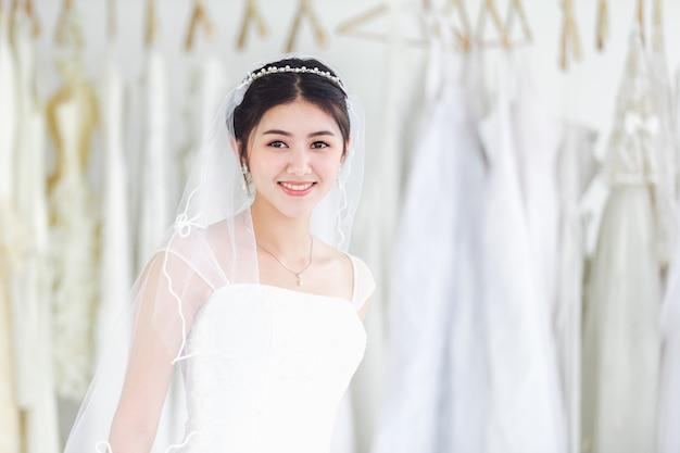 Portrait asiatique de jolie dame souriante heureuse robe de mariée Photo Premium