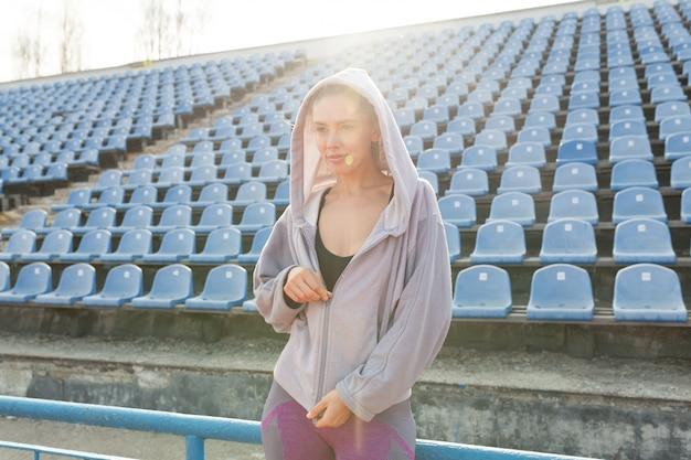 Portrait d'un athlète de belle fille caucasienne dans la course du matin Photo Premium