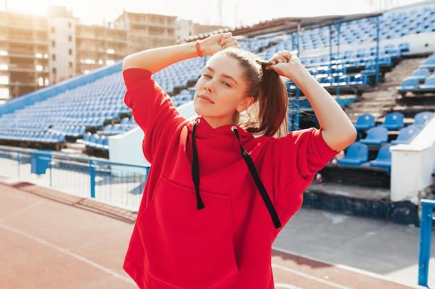 Portrait d'un athlète de belle fille caucasienne Photo Premium