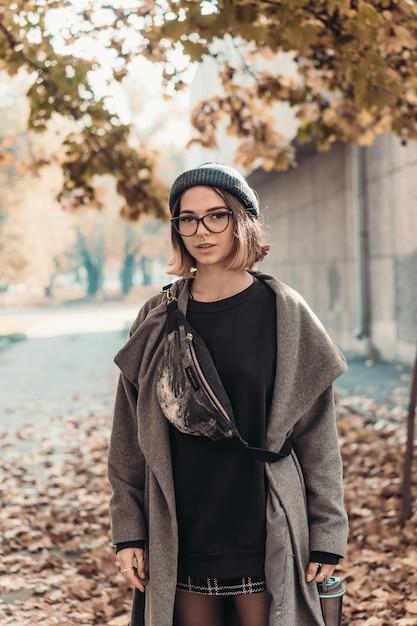 Portrait D'automne En Plein Air De Jeune Femme, Marchant Dans La Rue De La Ville Européenne. Photo gratuit