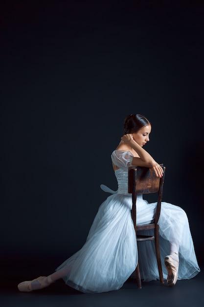 Portrait De La Ballerine Classique En Robe Blanche Sur Mur Noir Photo gratuit