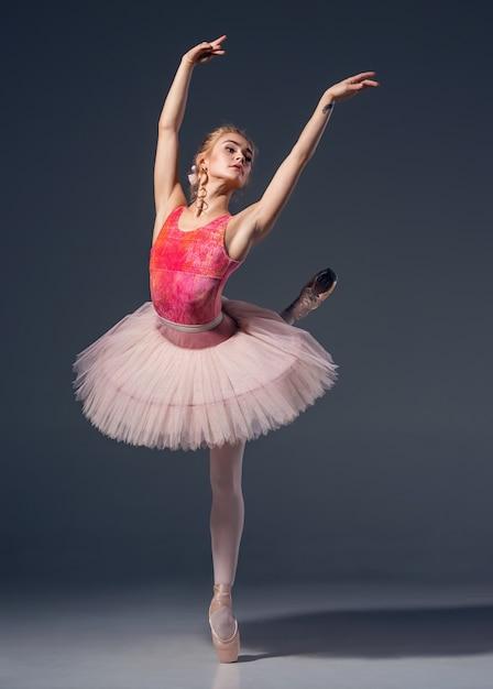 Portrait De La Ballerine En Pose De Ballet Photo gratuit