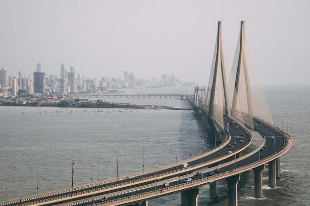 Portrait De Bandra Worli Sealink à Mumbai Enveloppé De Brouillard Photo gratuit
