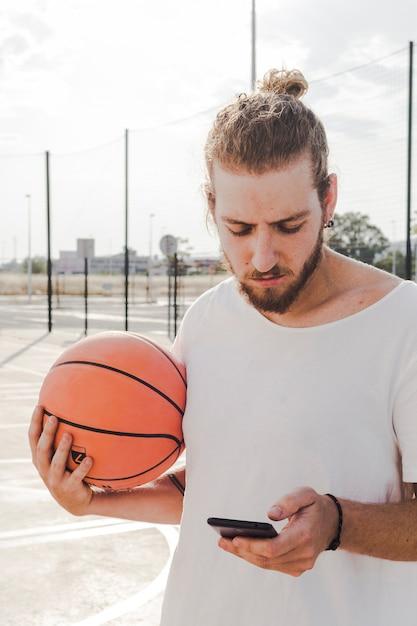 Portrait, basketball, utilisation, téléphone portable Photo gratuit