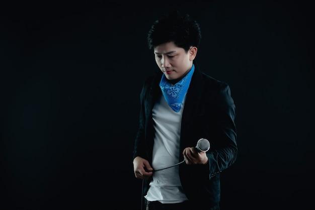 Portrait de beau chanteur attrayant Photo gratuit