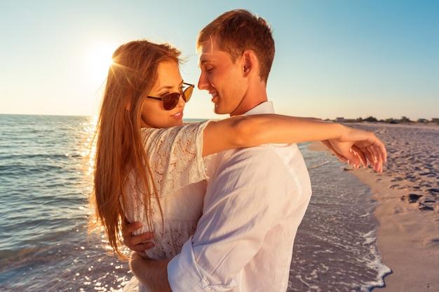 Portrait D'un Beau Couple D'amoureux S'amusant à La Plage Photo Premium