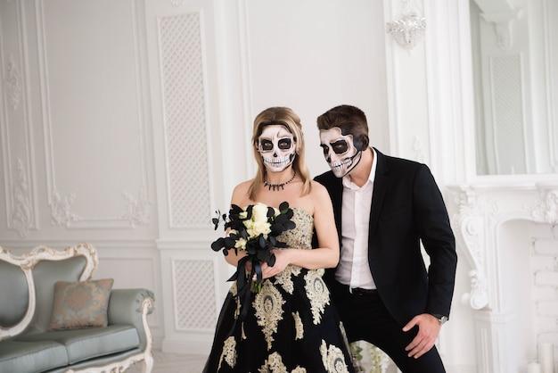 Portrait d'un beau couple en costumes médiévaux avec vampire Photo Premium
