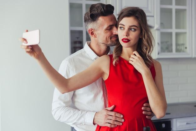 Portrait D'un Beau Couple Habillé Intelligent Aimant Photo gratuit
