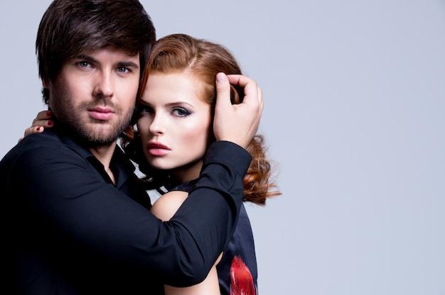 Portrait De Beau Couple Passionné Amoureux Embrassé Sur Fond Gris Photo gratuit