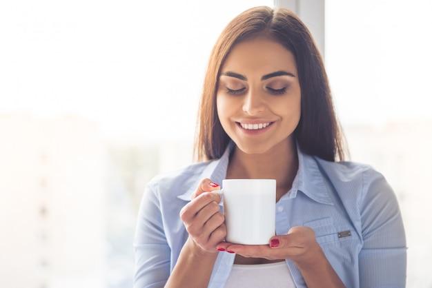 Portrait, de, beau, femme affaires, tient tasse Photo Premium
