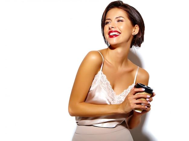 Portrait, De, Beau, Heureux, Mignon, Sexy, Brunette, Femme, à, Lèvres Rouges, Dans, Large, Classique, Pantalon, Tenue, Plastique, Tasse Café, Sur, Fond Blanc Photo gratuit
