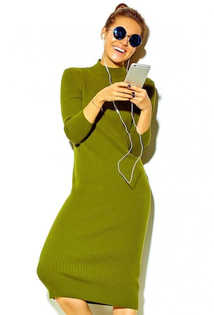 Portrait, De, Beau, Heureux, Mignon, Sourire, Brunette, Femme Femme, Dans, Désinvolte, Vert, Hipster, été, Vêtements, Isolé, Blanc, Dans, Lunettes Soleil, écoute, Musique, Dans, Smartphone, à, écouteurs Photo gratuit