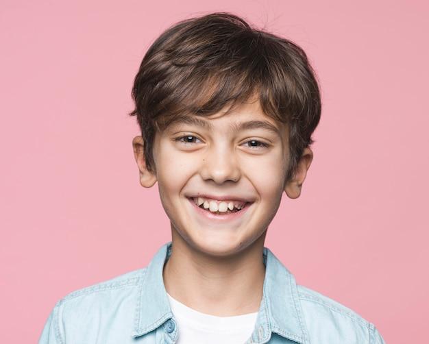 Portrait Beau Jeune Garçon Photo gratuit