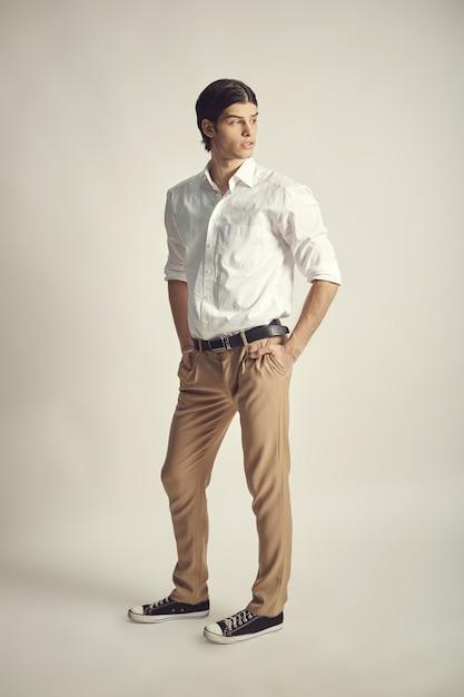 Portrait d'un beau jeune homme d'affaires Photo gratuit