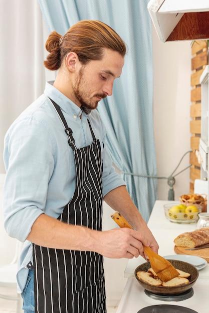 Portrait, beau, jeune homme, cuisine Photo gratuit