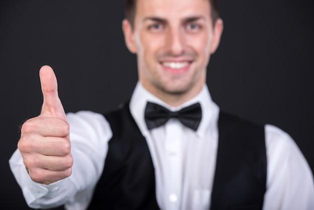 Portrait d'un beau jeune homme souriant en costume. Photo Premium