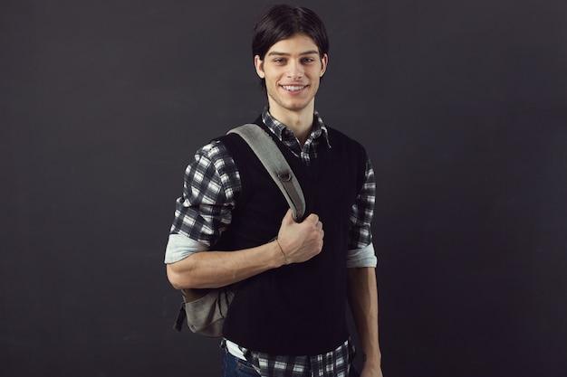 Portrait d'un beau jeune homme Photo gratuit