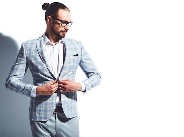 Portrait, De, Beau, Mode, élégant, Hipster, Homme Affaires, Modèle, Habillé, Dans, élégant, Bleu Clair, Costume, Dans, Lunettes Photo gratuit