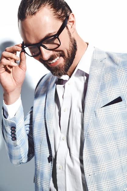 Portrait De Beau Mode élégant Hipster Homme D'affaires Modèle Habillé En élégant Costume Bleu Clair Dans Des Verres Sur Blanc. Photo gratuit