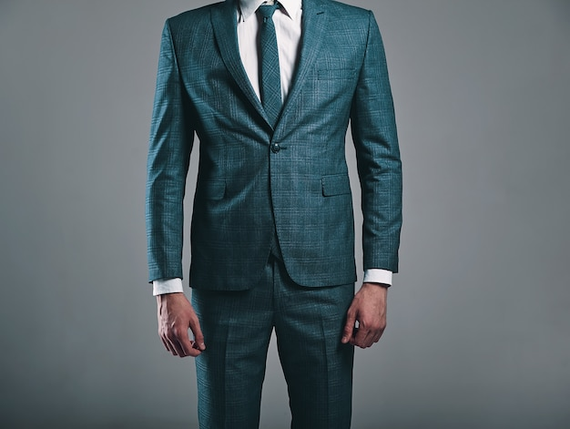 Portrait, De, Beau, Mode, élégant, Homme Affaires, Modèle, Habillé, Dans, élégant, Vert, Complet, Poser, Sur, Fond Gris, Dans, Studio Photo gratuit