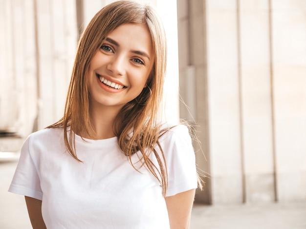 Portrait De Beau Modèle Blond Souriant Vêtu De Vêtements D'été Hipster. Photo gratuit