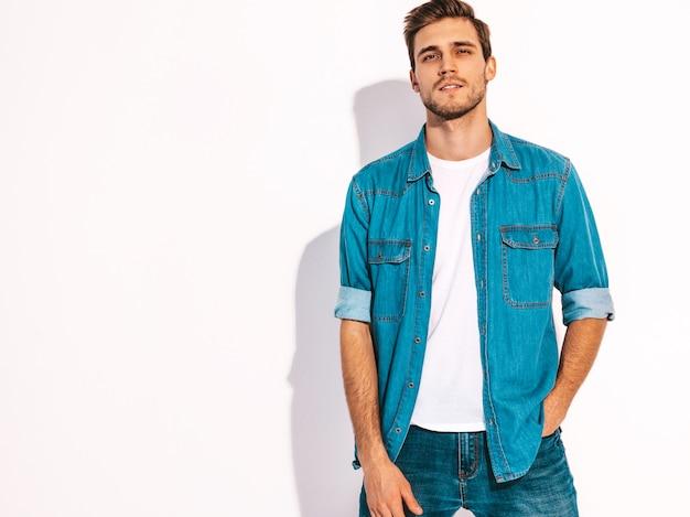 Portrait De Beau Modèle élégant Jeune Homme Souriant Vêtu De Vêtements Jeans. Homme De Mode Photo gratuit