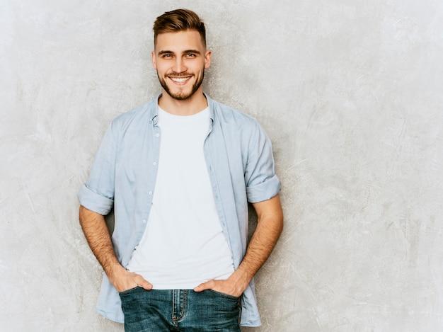 Portrait De Beau Modèle Jeune Homme Souriant Portant Des Vêtements De Chemise Décontractée. Homme élégant De Mode Posant Photo gratuit