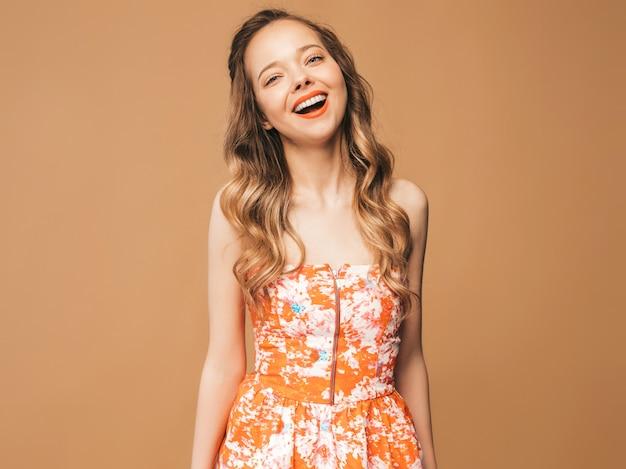 Portrait De Beau Modèle Mignon Souriant Avec Des Lèvres Roses. Fille En Robe Colorée D'été. Modèle Posant Photo gratuit