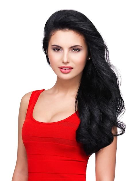 Portrait De Beau Visage D'une Jeune Femme Souriante Aux Longs Cheveux Bruns En Robe Rouge Photo gratuit