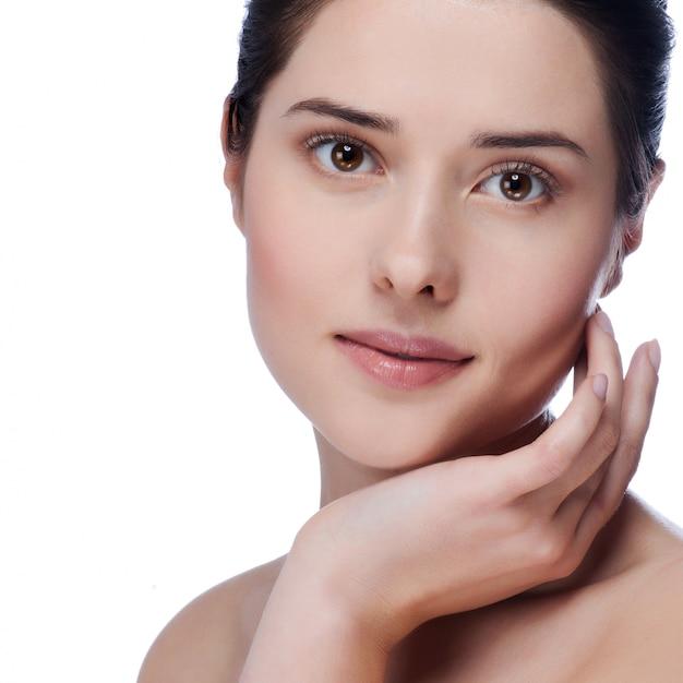 Portrait de beauté. belle femme de spa touchant son visage Photo Premium