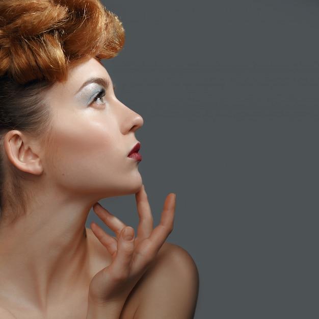 Portrait de beauté, belle femme touchant son visage. Photo Premium