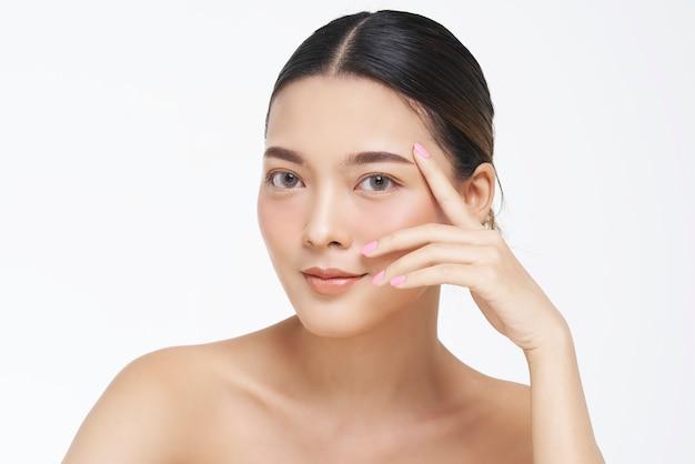 Portrait de beauté du visage féminin à la peau naturelle. Photo Premium