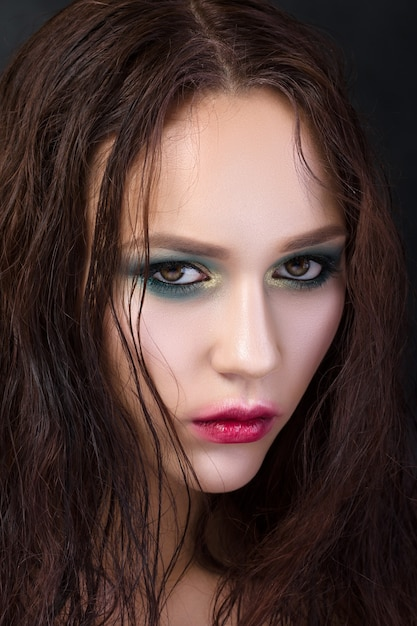 Portrait De Beauté De Jeune Fille Avec Du Maquillage De Mode. Yeux Charbonneux Verts Et Or Et Lèvres Rouges Avec Contour Flou Photo Premium
