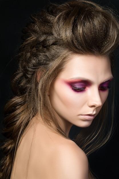 Portrait De Beauté De Jeune Jolie Fille Avec Du Maquillage De Mode. Maquillage Des Yeux Smkoey Moderne Photo Premium