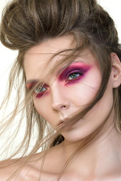 Portrait De Beauté De Jeune Jolie Fille Avec Du Maquillage De Mode. Maquillage Des Yeux Smokey Modernes Photo Premium