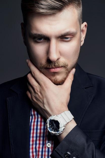 Portrait de beaux hommes brutaux sexy sur un noir Photo Premium