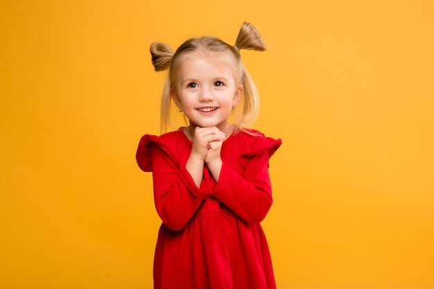 Portrait de bébé fille isoler fond jaune. Photo Premium