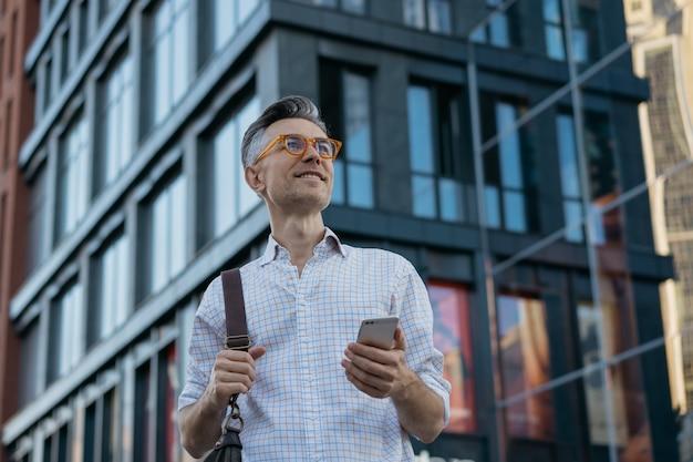 Portrait De Bel Homme D'affaires Mature Tenant Le Sac De Messager, Portant Des Lunettes élégantes Photo Premium