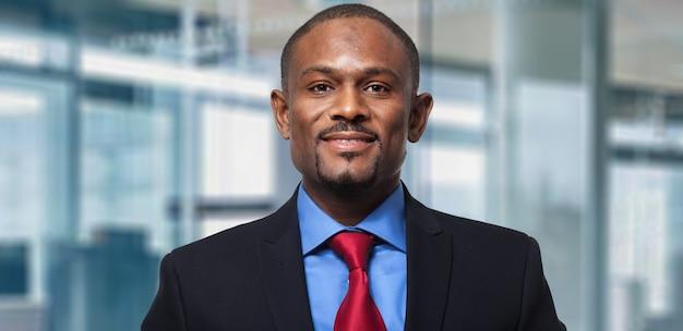Portrait d'un bel homme d'affaires noir Photo Premium