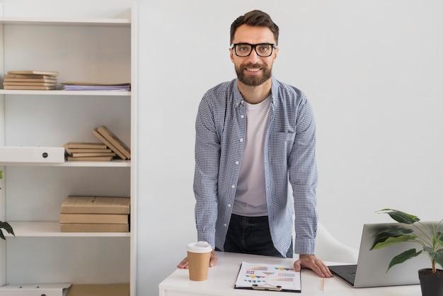 Portrait de bel homme d'affaires Photo gratuit