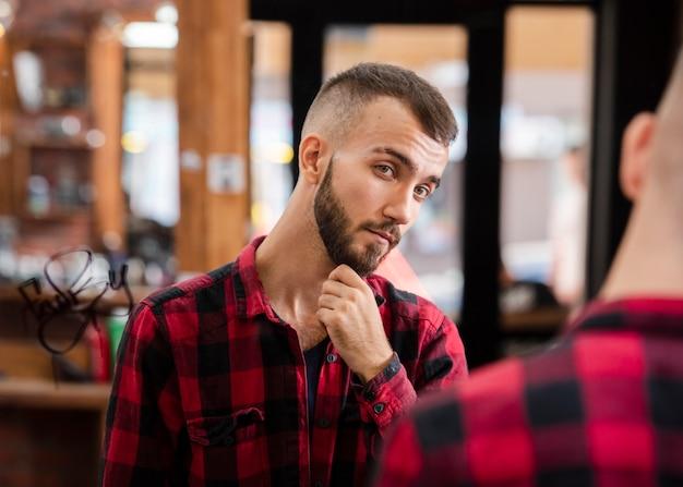 Portrait de bel homme après la coupe de cheveux Photo gratuit