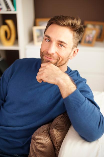 Portrait De Bel Homme Assis Sur Un Canapé Photo gratuit