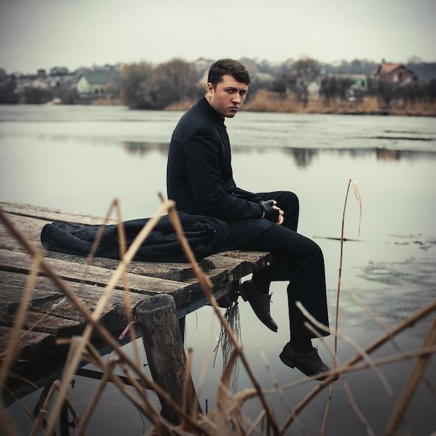Portrait Bel Homme Sérieux En Manteau à L'extérieur En Automne Photo Premium